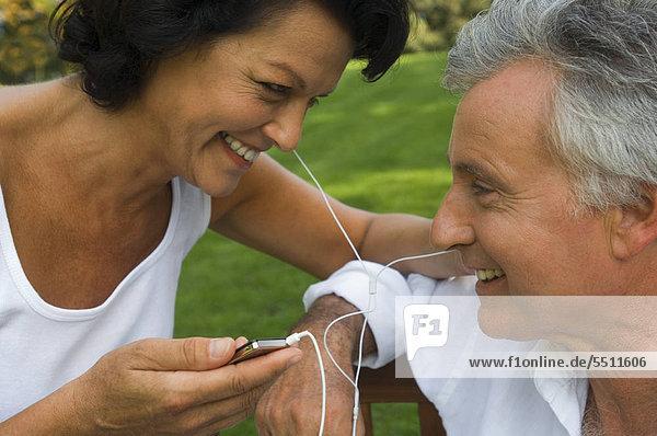 Ein älteres Paar hört Musik