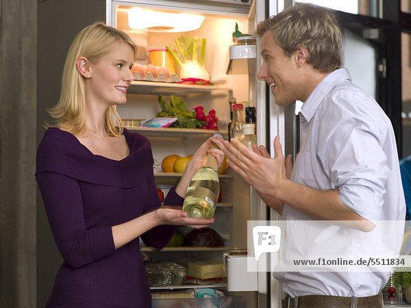 Mann   Frau vor einem offenen Kühlschrank