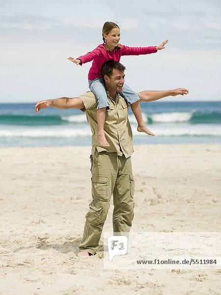 Mann trägt Tochter auf seinen Schultern