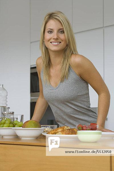 Junge Frau bereitet sich Müsli zum Frühstück