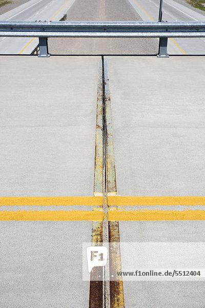 Detail des soliden doppelte gelbe Linie im Straße Überführung mit Highway unten.