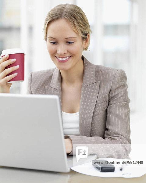 Geschäftsfrau working on Laptop im cafe