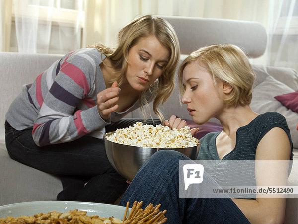 Zwei Frauen essen Popcorn