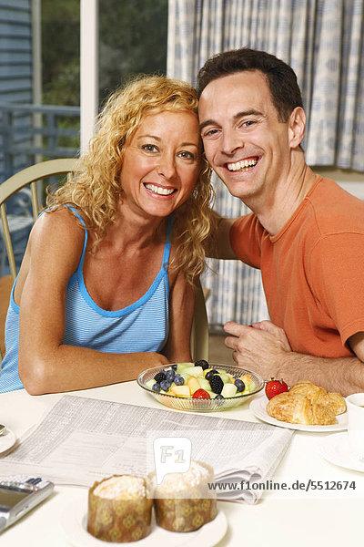 sitzend Portrait lächeln reifer Erwachsene reife Erwachsene Tisch Frühstück