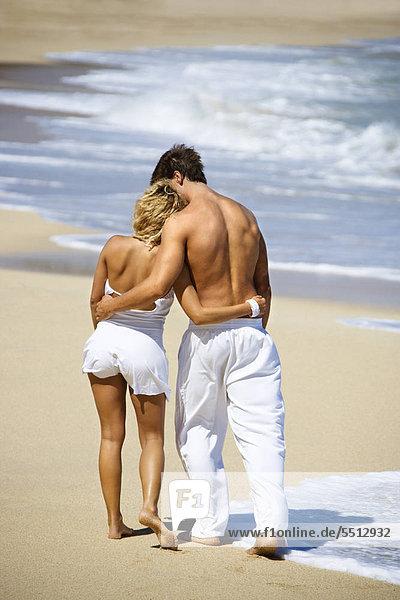 Attractive Couple walking auf Maui  Hawaii Strand mit Arme um Eachother.