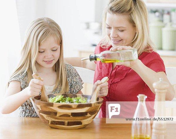 Mutter und Tochter machen Salat