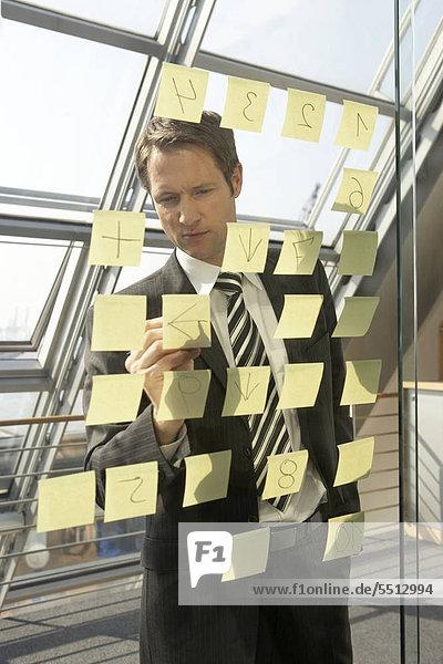Businessmann erstellt eine Mind-Map
