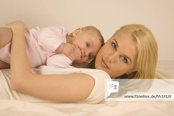 Mutter mit Baby und Seifenblasen