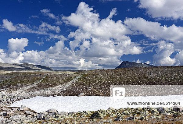 Das Tal Steindalen  der Hügel Steindalstinden und der Berg Lonstinden  Saltfjellet-Svartisen-Nationalpark  Provinz Nordland  Norwegen  Skandinavien  Europa