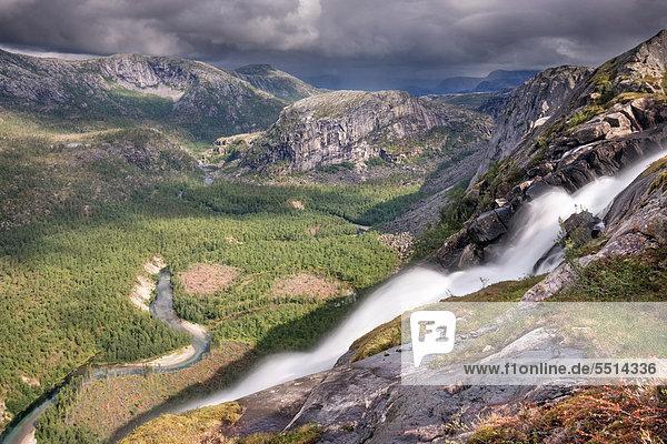 Litlverivassforsen Wasserfall und Fluss Storskogelva im Storskogdalen Tal  Rago-Nationalpark  Nordland  Norwegen  Skandinavien  Europa