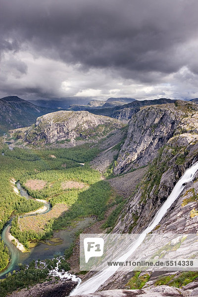 Litlverivassforsen Wasserfall und Storskogelva Fluss im Storskogdalen Tal  Rago-Nationalpark  Nordland  Norwegen  Skandinavien  Europa