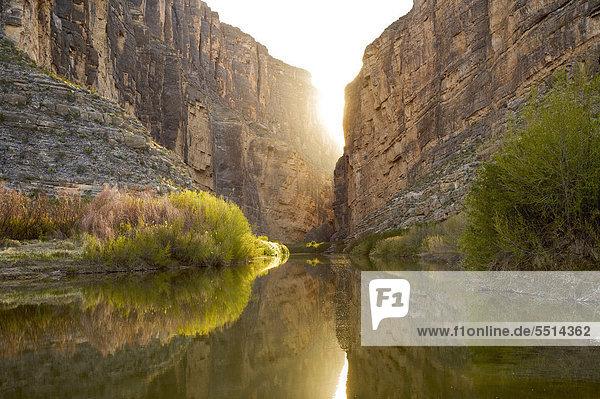 Sonnenuntergang hinter dem Santa Elena Canyon am Rio Grande Fluss  Grenze der Vereinigten Staaten und Mexiko  Big Bend Nationalpark  Texas  USA
