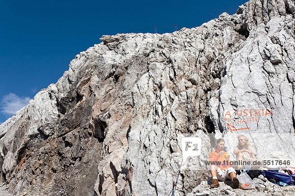 Bergsteiger bei der Rast  Dachstein  Steiermark  Österreich  Europa