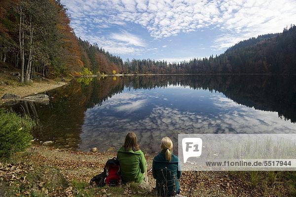 Zwei Wanderinnen am Feldsee  am Feldberg  Schwarzwald  Baden-Würtemberg  Deutschland  Europa Zwei Wanderinnen am Feldsee, am Feldberg, Schwarzwald, Baden-Würtemberg, Deutschland, Europa