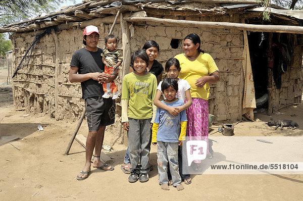 Familie vom Volk der Wichi-Indianer vor ihrer Hütte aus Lehm  Comunidad Santa Maria  Gran Chaco  Provinz Salta  Argentinien  Südamerika