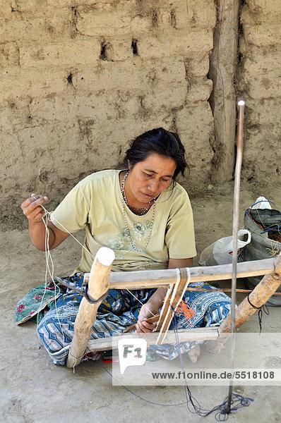 Indigene Frau webt ein Band aus der Faser der Bromelie Chaguar (Bromelia hieronymi)  Comunidad Santa Maria  Gran Chaco  Provinz Salta  Argentinien  Südamerika