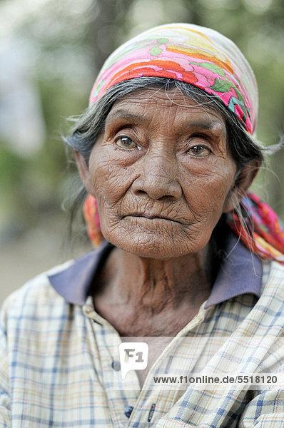 Portrait einer alten Frau des indigenen Volkes der Wichi  Comunidad Chuchuy  Gran Chaco  Salta  Argentinien  Südamerika