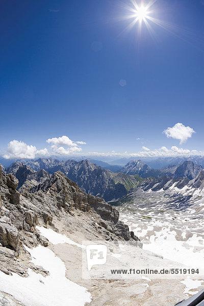 Blick von der Zugspitze in südöstliche Richtung auf den Wettersteinkamm  Hochwanner  Wettersteingebirge und die Hohe Munde  Tirol  Österreich  Europa