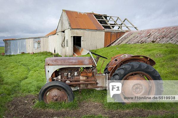 Europa Traktor Bauernhof Hof Höfe frontal verlassen Island Kirkjubæjarklaustur alt