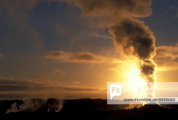 Sonnenaufgang  dampfender Solfatar  N·mafjall  N·maskar_ oder Namaskard  Hverir  M_vatn oder Myvatn  Island  Europa