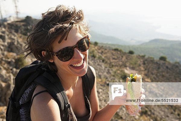 Wanderer essen Sandwich am Berg