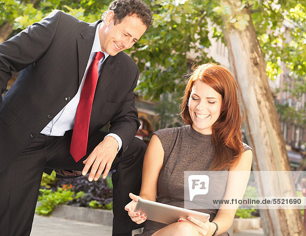 Geschäftsleute  die im Freien arbeiten
