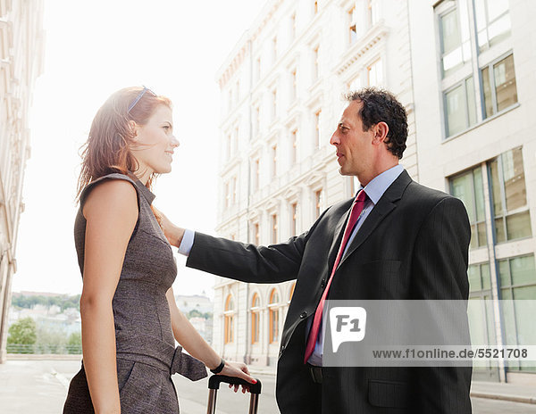 Geschäftsleute treffen sich im Freien