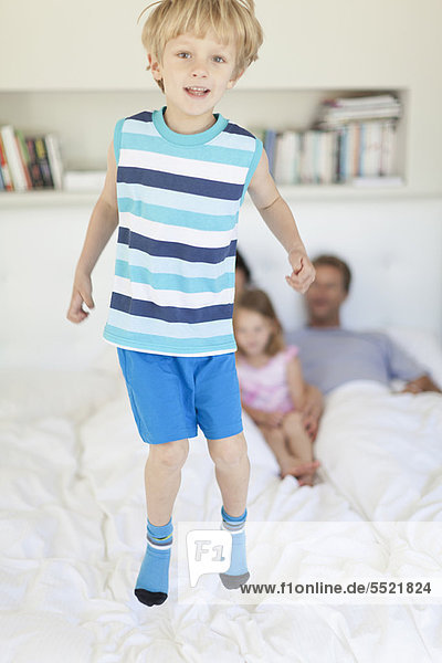 Junge - Person  Bett  springen