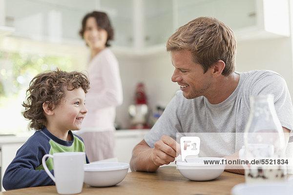 Familienfrühstück in der Küche