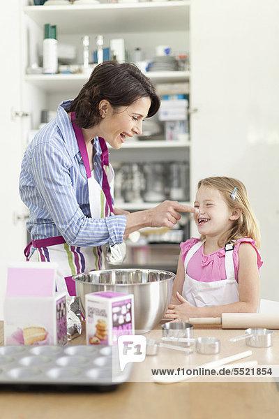 Mutter und Tochter beim Backen in der Küche
