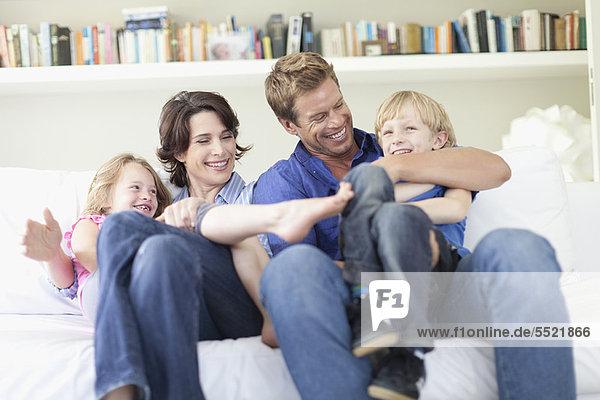 Familie entspannt sich gemeinsam auf der Couch