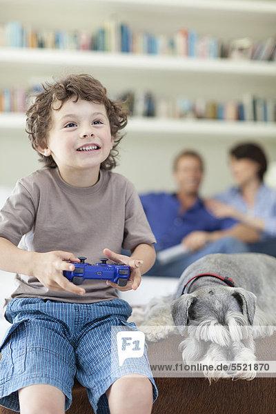 Junge spielt Videospiele im Wohnzimmer