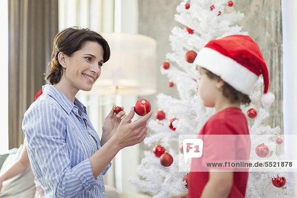 Sohn Weihnachtsbaum Tannenbaum schmücken Mutter - Mensch