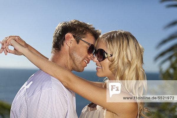 Außenaufnahme  umarmen  lächeln  freie Natur