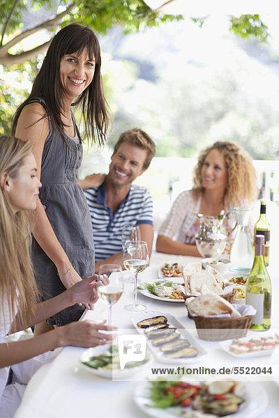 Freunde beim Essen am Tisch im Freien