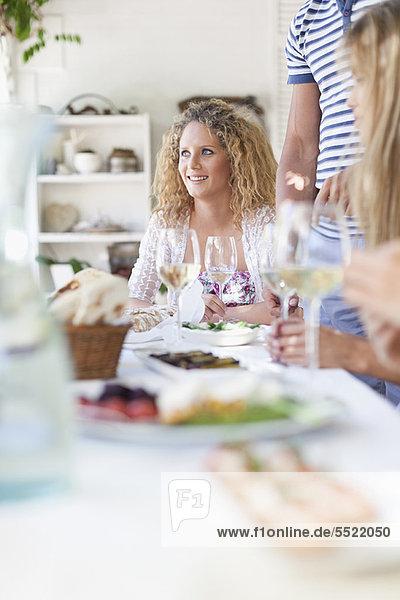 Außenaufnahme  Freundschaft  essen  essend  isst  Tisch  freie Natur