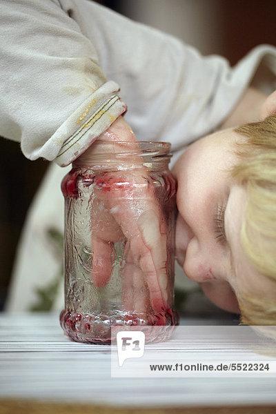 Junge - Person  essen  essend  isst  Marmelade