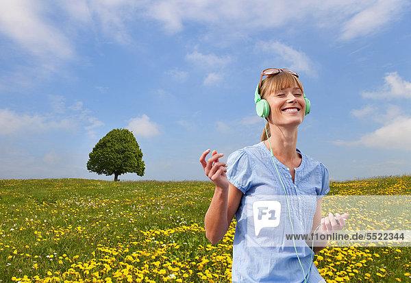 Frau hört Kopfhörer im Freien Frau hört Kopfhörer im Freien