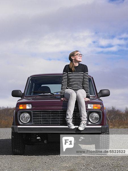 Außenaufnahme  sitzend  Frau  Geländewagen  freie Natur