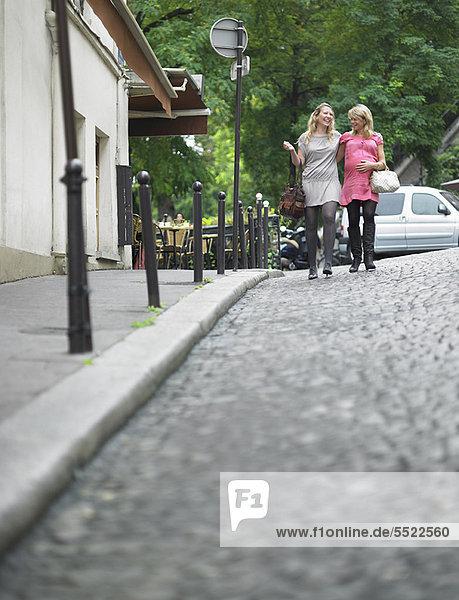 Kopfsteinpflaster  Frau  gehen  Straße