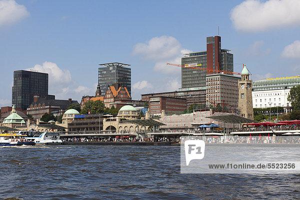 Die Landungsbrücken im Hamburger Hafen  von der Elbe aus gesehen  Hamburg  Deutschland  Europa