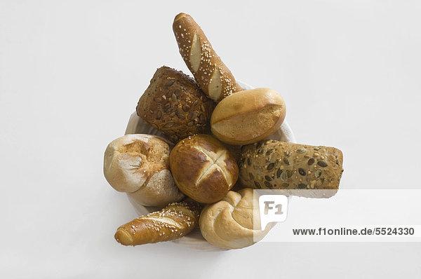Korb mit verschiedenen Brötchen und Laugengebäck  Frühstücksbrötchen