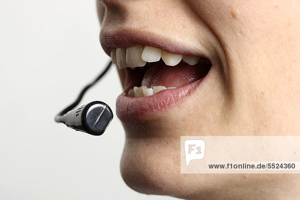 Junge Frau spricht in ein Headset