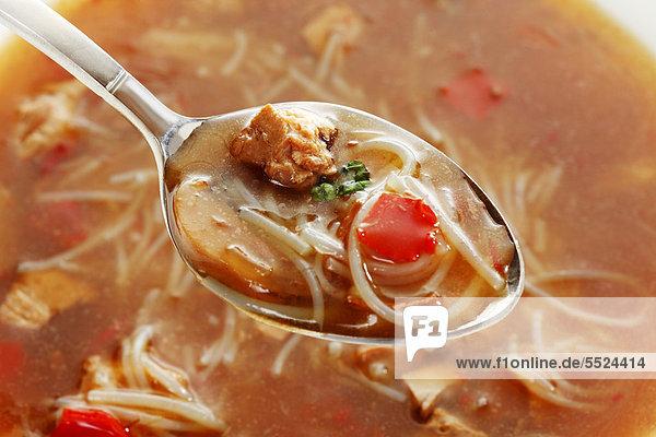 Bihunsuppe aus der Dose mit Esslöffel