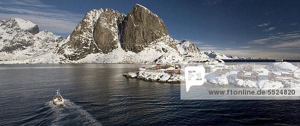 Rorbuer  traditionelle Holzhäuser  Reine  Lofoteninsel Moskenes¯ya  Moskenesoya  Lofoten  Nordnorwegen  Norwegen  Europa