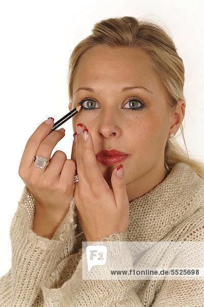 Junge Frau beim Schminken  Kajal  Eyeliner
