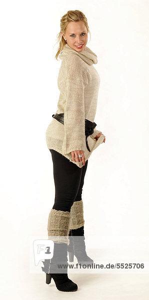 Junge Frau mit Strickpullover  Stiefel