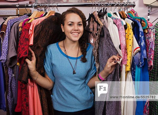 Junge Frau in Kleidung Shop  Porträt