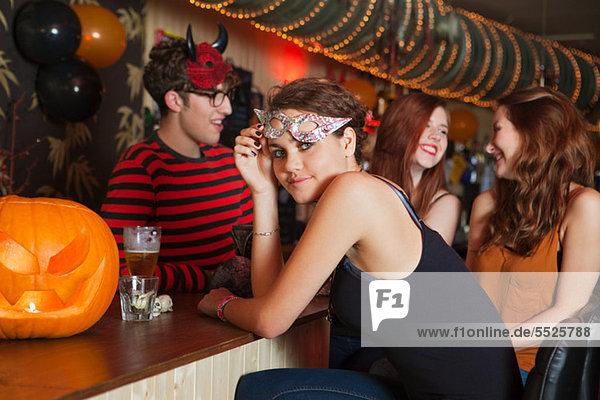 Junge Freunde sitzen in der Bar