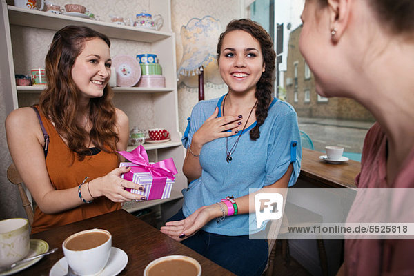 Geschenk Frau geben jung Freund